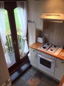 A kitchen or kitchenette at Wicket Green Cottage