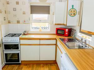A kitchen or kitchenette at Lochside Cottage, Isle of North Uist