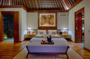A bed or beds in a room at Nau Villa Ubud