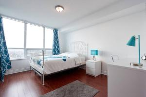 A bed or beds in a room at Luxury and Spacious 2 Bedroom 2 Bathroom Condo