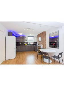 A kitchen or kitchenette at Beautiful 3 bedroom flat 5 min from tube station