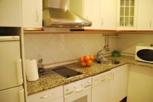 A kitchen or kitchenette at Aparthotel Napols - Abapart