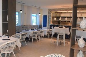 A restaurant or other place to eat at Portofino Island Resort