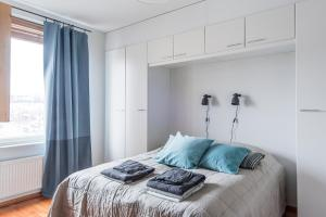 A bed or beds in a room at Helsinki South Central Apartment Hietalahti