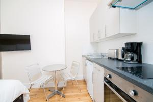 A kitchen or kitchenette at Earl's Court Studios