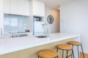 O bucătărie sau chicinetă la Star Queens Serviced Apartments