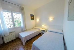 A bed or beds in a room at Calella Villa Sleeps 8 Pool WiFi