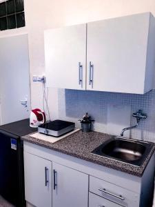 Кухня или мини-кухня в Avocado Apartment