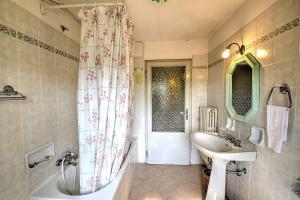 A bathroom at Colle di Val d'Elsa Villa Sleeps 6 Pool WiFi
