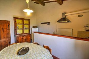 A kitchen or kitchenette at Colle di Val d'Elsa Villa Sleeps 6 Pool WiFi