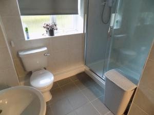 A bathroom at A Home From Home 3