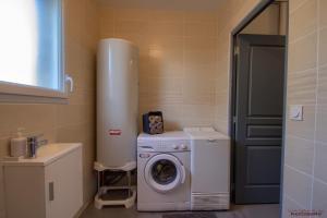 Salle de bains dans l'établissement 2 Maisons à louer à Montalieu