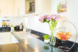 A kitchen or kitchenette at Dockside Walk Suite - Canary Wharf