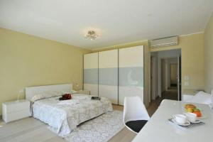 A bed or beds in a room at Montagnola Apartment Sleeps 10 Pool Air Con