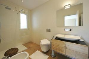 A bathroom at Montagnola Apartment Sleeps 10 Pool Air Con