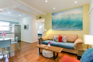 A seating area at Venice Beach Vacation Condos