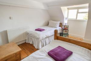 A bed or beds in a room at Kings Mile Cottage