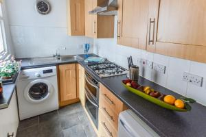 A kitchen or kitchenette at Kings Mile Cottage