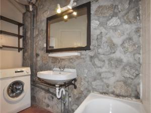 Salle de bains dans l'établissement Two-Bedroom Holiday Home in Vernet Les Bains