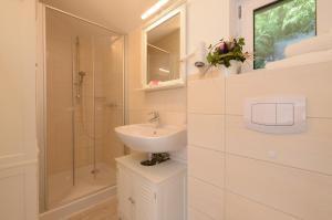A bathroom at Hotelanlage Tarnewitzer Hof