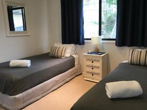 A bed or beds in a room at Avalon Seashells