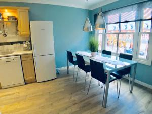 A kitchen or kitchenette at Luxurious City Living