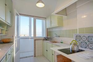 A kitchen or kitchenette at Sunny Balcony & River views in Graça
