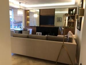 A television and/or entertainment centre at Luxurious Smart flat Mayfair