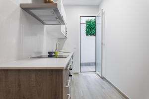 A kitchen or kitchenette at Beautiful Apartment 20 minutes from city center