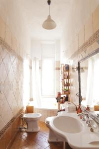 A bathroom at Bright and Beautiful apartment