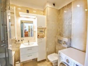 A bathroom at Wilanow Apartment