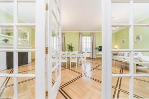 Dviaukštė lova arba lovos apgyvendinimo įstaigoje Apartamenty w Pałacu Pod Baranami
