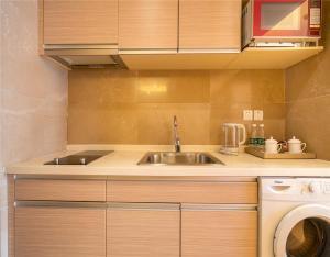 Кухня или мини-кухня в Beijing Yongli International Service Apartment