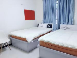 A bed or beds in a room at The Whale and Girl Apartment