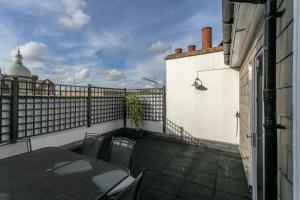 A balcony or terrace at 2 Bedroom Apartment in the Heart of Angel