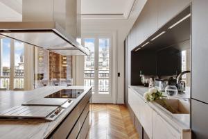 O bucătărie sau chicinetă la Luxuous Penthouse front of Eiffel Tower and river