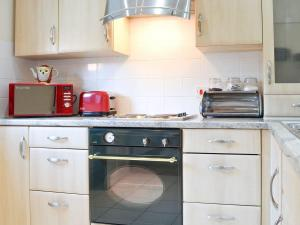 A kitchen or kitchenette at Stables Cottage