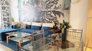 A seating area at Marrinella Apartments