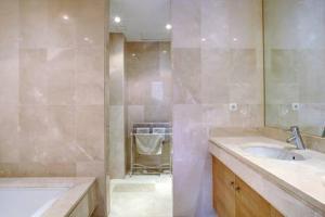 A bathroom at Luxury Apartment Alcazaba Beach