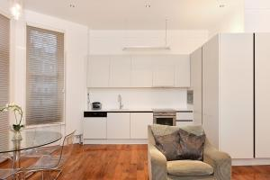 A kitchen or kitchenette at London Lifestyle Apartments - South Kensington - Queen's Gate
