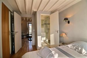 A bed or beds in a room at PARIS 6TH - LATIN QUARTER - ST GERMAIN DES PRES