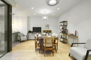 A restaurant or other place to eat at Nottinghill Gate, 2 Floor Luxury Terraced Apartment