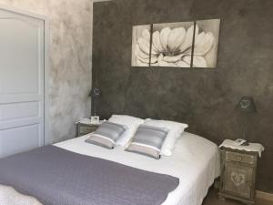 Un ou plusieurs lits dans un hébergement de l'établissement Gite Chez Un Producteur de Fruits.