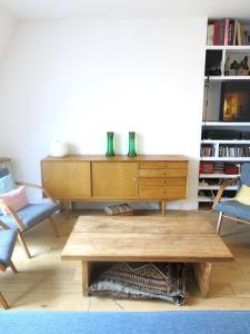 A seating area at Duplex Marais Greneta