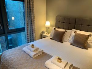 A bed or beds in a room at Contemporary Lace Market Apartment