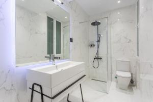A bathroom at JORGE JUAN LUXURY, by Presidence Rentals