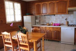 Cuisine ou kitchenette dans l'établissement PLAH - Le Domaine des Zoiseaux
