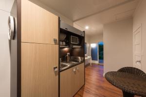 A kitchen or kitchenette at Kerikeri Magnolia Cottage