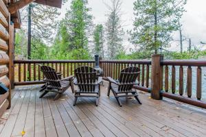 A balcony or terrace at Lake 5 Cabin
