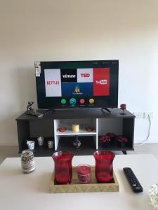 A television and/or entertainment center at Amplio, moderno y luminoso departamento en la mejor zona de Tigre